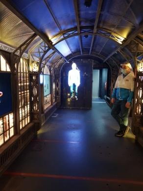 Дмитрий Харатьян инструктирует посетителей экскурсии